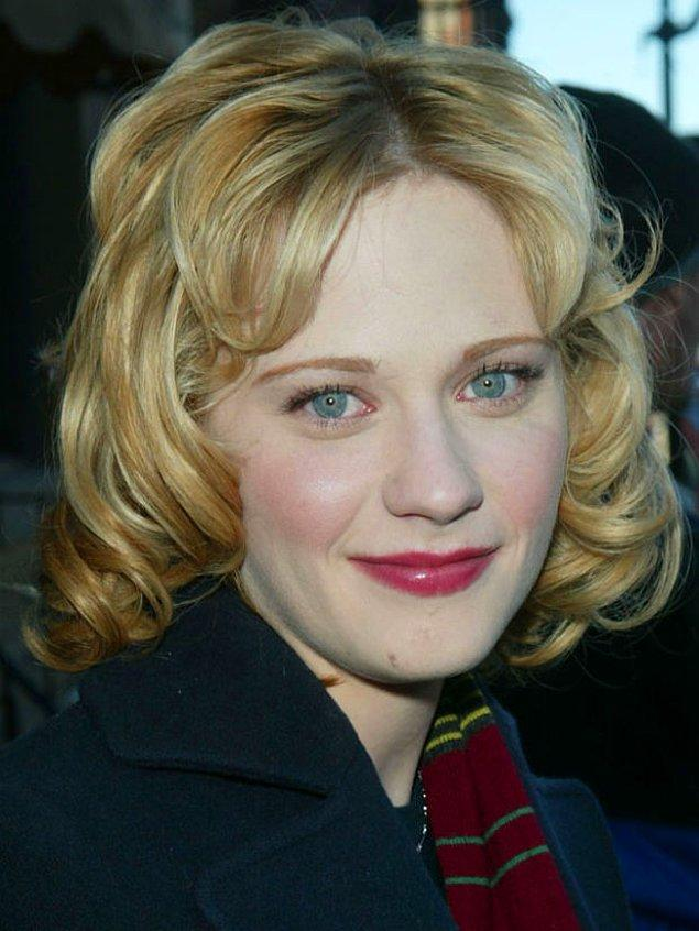 6. Siyah saçları, bembeyaz teni ve kocaman maviş gözleriyle porselen bebeklerden farkı olmayan Zooey Deschanel'in sarışın hali tam bir fiyasko...