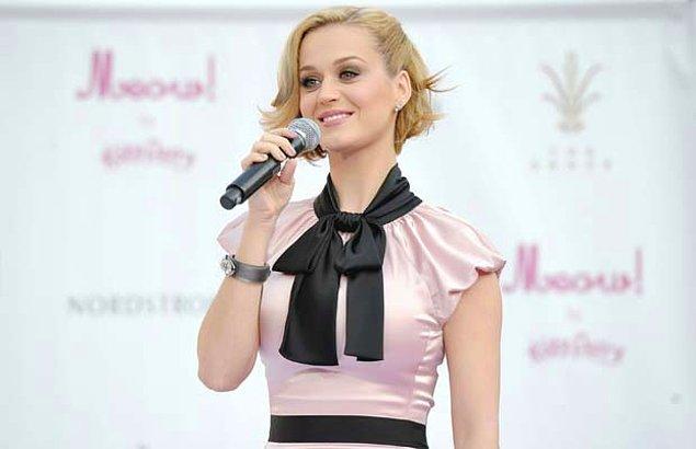 7. Bir porselen bebek de Katy Perry... Siyah saç ile gerçek bir afetken, sarı saç ile dünyanın en sıradan kadını...