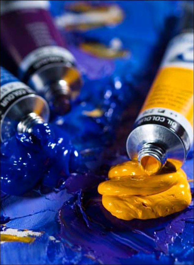 8. Vincent renkleri öylesine çok sevdi ki takıntı haline getirmeye başladı. Atölyesinde bazen boya yediği ve daha renkli olsunlar diye yemeğine boya kattığı bilinmektedir.