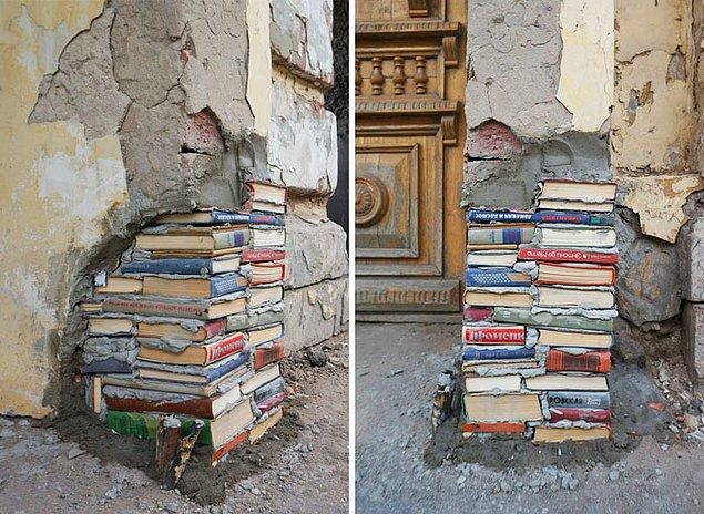13. Andrey Syaylev yıpranmış kütüphane duvarlarını eski kitaplarla tamir ediyor.