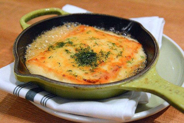 1. Bu peynirli saganaki ile damak zevkimizi arşa kadar çıkarıyoruz!