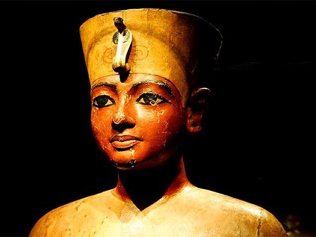 Yunan tarihçi Herodotos'a göre M.Ö. 569'da tek bir osuruk, Mısır Kralı Apries'e karşı bir isyan başlamasına sebep olmuş.