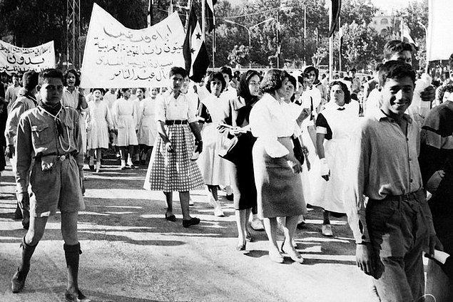 1960 yılı baharından bu görüntü, Nakba Günü'nde Şam sokaklarındaki göstericileri gösteriyor. Modern kıyafetler içerisindeki kadınlar grubun liderliğini üsleniyor.