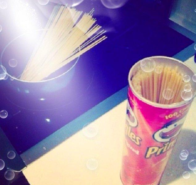 8. Spagettiyi saklamak için pringles kutusu kullanın.