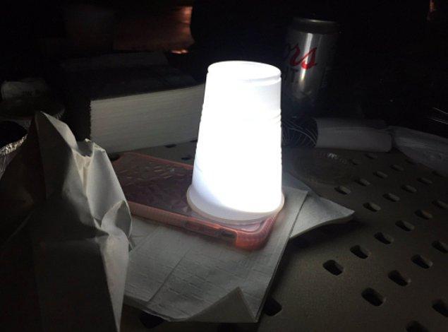 9. Telefonunuzun flaşı sizi kör mü ediyor? Üzerine plastik bardak kapatın. İşte mükemmel lamba!