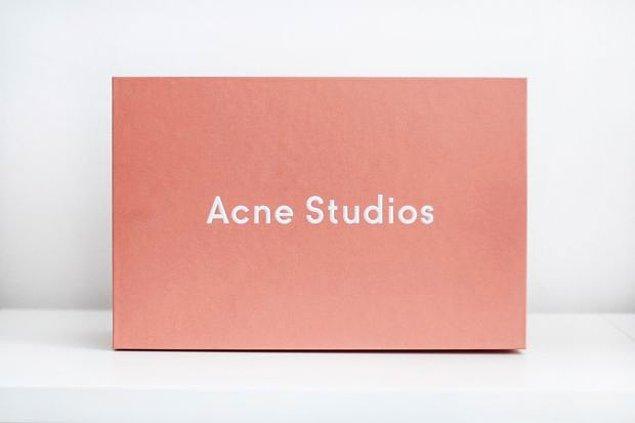 Ancak Apple ve Acne Studios gibi markaların alışveriş paketleri bu açıklamadan çok daha önce Rose Quartz tonlarındaydı.