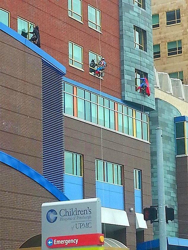 1. Çocukların tedavi edildiği hastanenin camlarını süper kahraman kostümleriyle temizleyerek onların iyileşmesine katkıda bulunan koca yürekli temizlik görevlileri