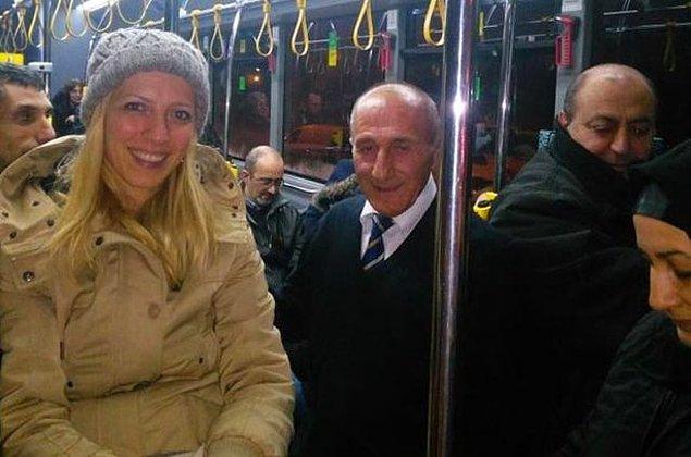 Hikmet Abi, Yeditepe Üniversitesi - Taksim 256 hattında direksiyon çeviriyor. Sırf bu otobüse binmek için güzergahını değiştirenler bile var. Neden mi?