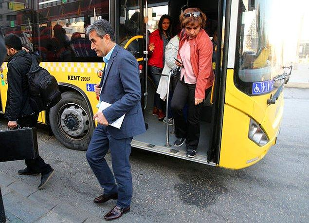Artık o kadar aile gibi olmuşlar ki, yolcular otobüs dışında da görüşüyor, birbirlerinin evlerine çay içmeye gidiyor. Şimdi ise Hikmet Abi ile birlikte hep beraber otobüste yeni yıl kutlaması yapmaya hazırlanıyorlar.