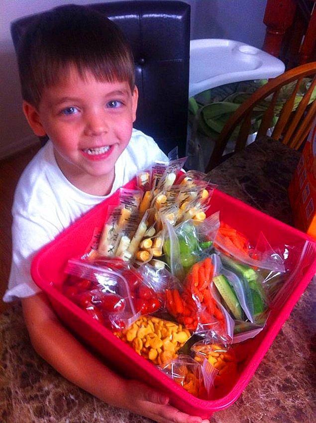 4. Okulda öğle yemeği yiyemeyen arkadaşları olduğunu annesine söyleyen ve ertesi gün onlara da beslenme çantası hazırlayan bu minik