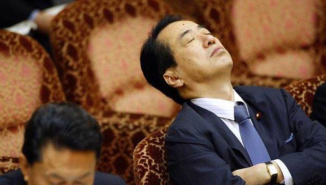 Örneğin Japonya'da eskiden insanlar geç yattıkları için azarlanır ama öte yandan âlimler ve samuraylar uykularından feda edip çalıştıkları için övülürlermiş.