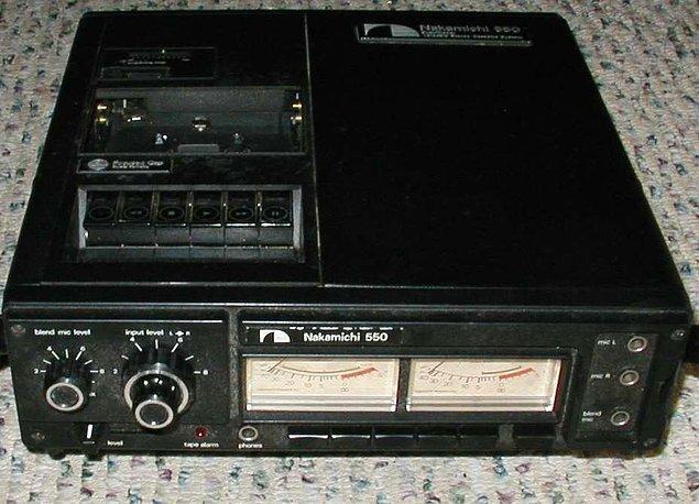 6. Sinemadaki filmleri istediğimiz zaman izleyebileceğimiz ya da televizyondaki bir programı kayıt edebileceğimiz VCR'lar üretildi.