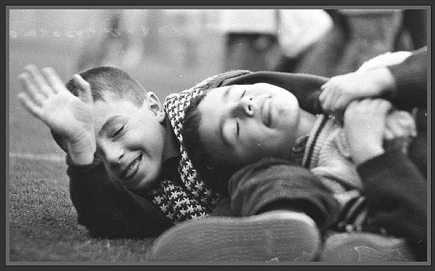 9. Kırdan kentlere yeni göç etmiş ailelerin çocuklarıyla kısa zamanda unutulmaz dostluklar kurmuş, yepyeni oyunlar öğrenmiştik.