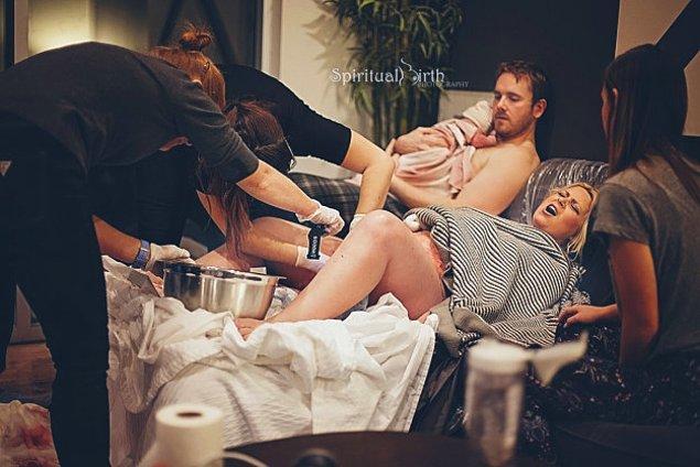 12. Baba  bebeği tutarken doğum yapan bu anne.