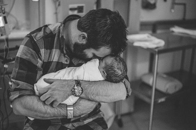 15. Kızını ilk kucağına alışında duygusallaşan baba.