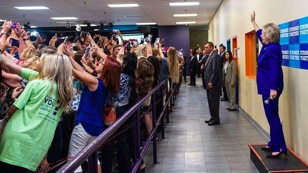 1. Eylül ayında genç seçmenler için düzenlenen bir seçim kampanyasında Hillay Clinton'la birlikte selfie çekmeye çalışan kalabalık.