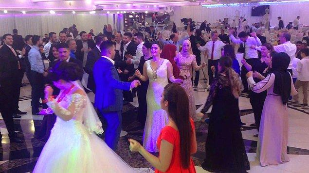 """Diyar diyar gezerken neler gelmedi ki başıma? Bu ülkede en çok düğün gören, en çok """"hayırlı olsun""""a giden de benim. En çok hala, teyze, dayı, enişte ile tanışan da ben !"""