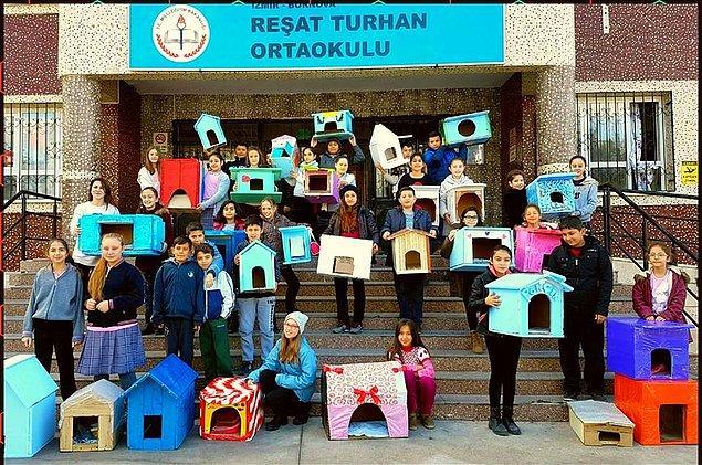 15. İzmir Bornova Reşat Turhan Ortaokulu öğrencileri, kediler için yaptıkları bu rengarenk evleri etraftaki parklara koyuyorlar.