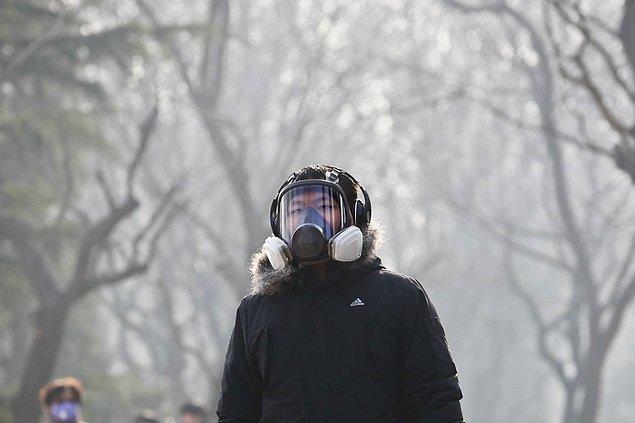 8. Aralık ayında Çin'in Pekin kentinde hava kirliliği 'kırmızı alarm' seviyesine çıktı. Şehrin hava kalite endeksi sağlıklı olması gerekenden 5 katı kötü sonuçlar ortaya çıkardıktan sonra okullar, iş yerleri geçici olarak kapatıldı ve araç trafiği sınırlandırıldı.