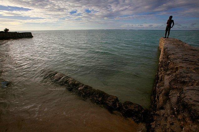 15. Pasifik Okyanusu ülkelerinden belki de en yüksek riskte bulunan Kiribati. Ülke şu an deniz seviyesinden 1.5m kadar yüksekte bulunuyor fakat 2050 yılına kadar sular altında kalma tehlikesi ile karşı karşıya.