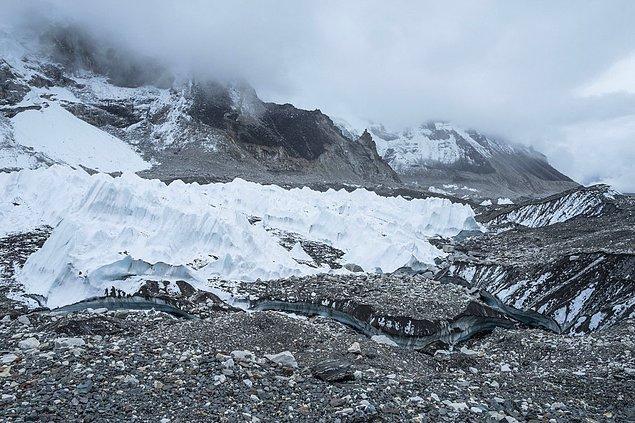 17. Everest Tepesindeki Khumbu buzulu son yıllarda yok olmaya başladı. Dünyanın en yüksek dağının kamp üssünde artık buzullar yerine göletler görülüyor.