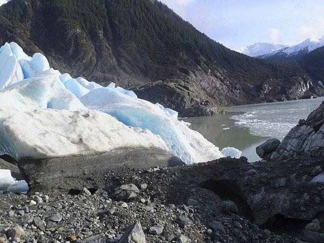 25. Alaska'nın Mendenhall Buzulu son 10 yılda 30m kadar çekildi. Fazla sayıda turist çeken lokasyonda gelen gezginlere buzulun 60 yıl içinde çekilmiş fotoğrafları gösterilerek bilinç oluşturulmaya çalışılıyor.