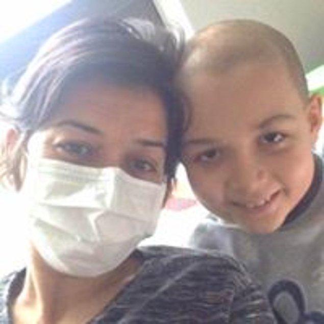 """Ümitler iyice tükeniyor. Doktorlar """"İster eve götürün, isterseniz yeni kemoterapi yöntemlerini de bir deneyelim"""" diyor. Hiçbir morfin Arda'nın ağrılarını geçirmiyor artık. Küçücük çocuk, kocaman bir hastalıkla mücadele ediyor."""