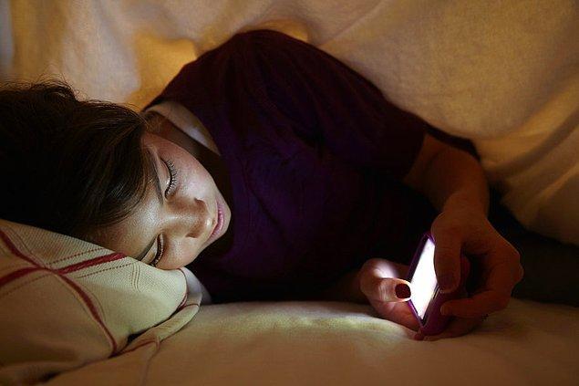 3. 18-29 yaş arası insanların %90'ı, telefonlarıyla uyuyor.