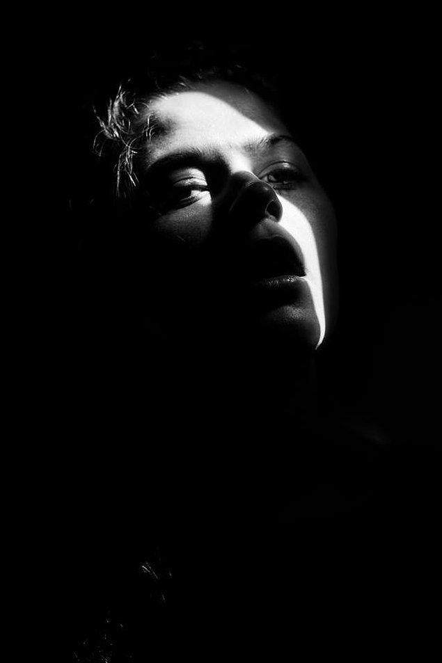 6. Psikiyatri hastanesindeki ilk günümde, hastaneye yatmamın öncesinde de kendimi yalnız, çaresiz veya sinirli hissettiğimde yaptığım gibi kendi portremi çektim.