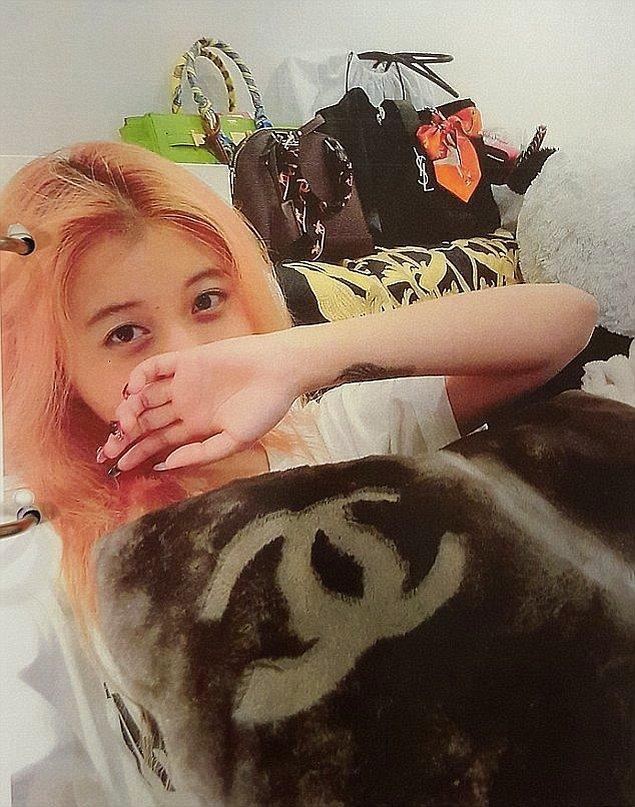 Genç kızın Chanel yastığı ve aralarında YSL markasının da bulunduğu lüks çantalarla çekilmiş bu fotoğrafı ile başlayalım.