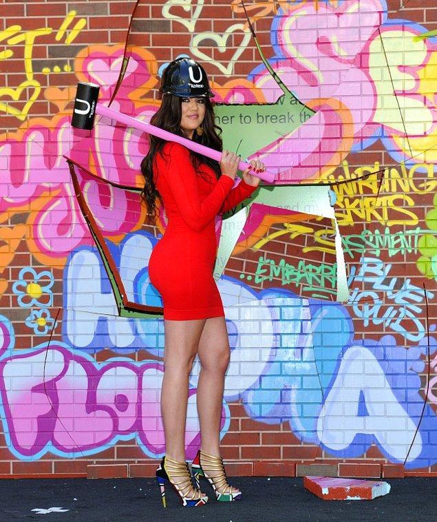 7. Tampon ve ped markası için kask giyip çekiç taşıyan Khloé.