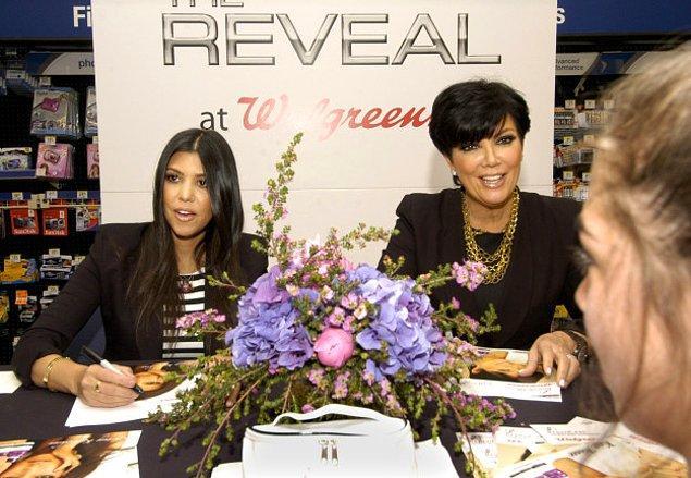 15. Kourtney Kardashian ve Kris Hanım imza dağıtıyor.