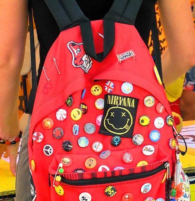 14. Çantayı rozetlerle bezeyip adeta en çok kimin rozeti olacak yarışmasına girmek.
