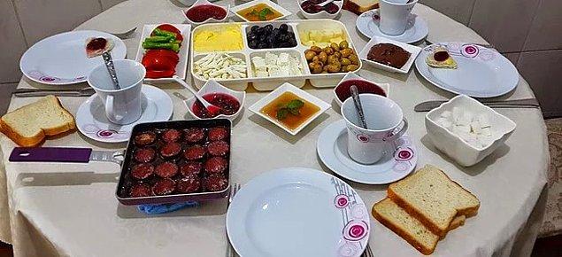 3. Sadece pazar günü birlikte kahvaltı yapıldığı için taze meyve sularının da masada olduğu son derece mükellef bir sofra kurulup keyifle kahvaltı yapılır.