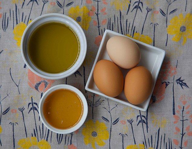 4. Yumurta maskesi ile yenilenen eller...