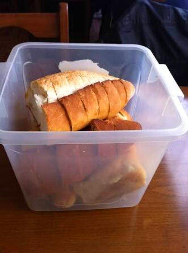 2. Ağzına kadar doldurulmuş masa üstü ekmek kovası.