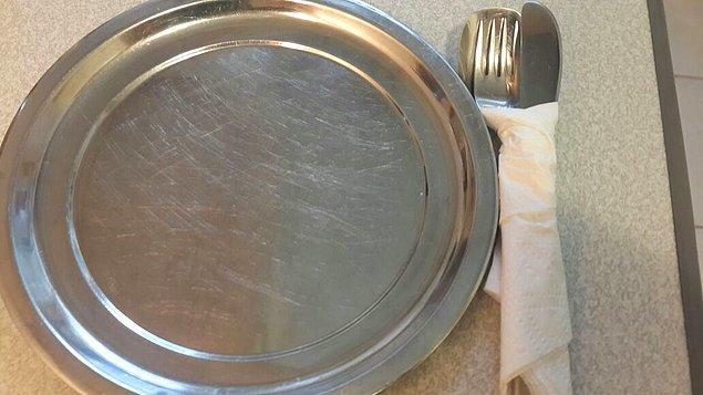 4. Peçeteye sarılmış halde duran çatal bıçak ve metal tabak, birçok yeni restorantta kağıdın içinden çıkan servislerden daha samimidir.