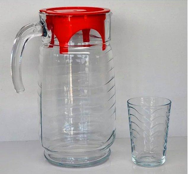 5. Pet şişe su yerine masada duran kırmızı kapaklı sürahi.