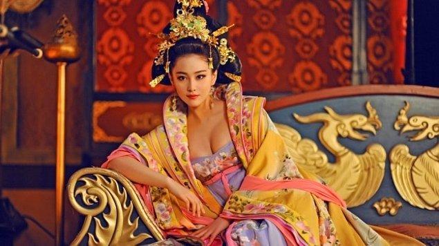 Wu Zetian 624 yılında Çin'in Lizhou (günümüzdeki adı Guangyuan) adlı kentinde dünyaya geldi ve 14 yaşına kadar da burada ailesiyle birlikte yaşadı.