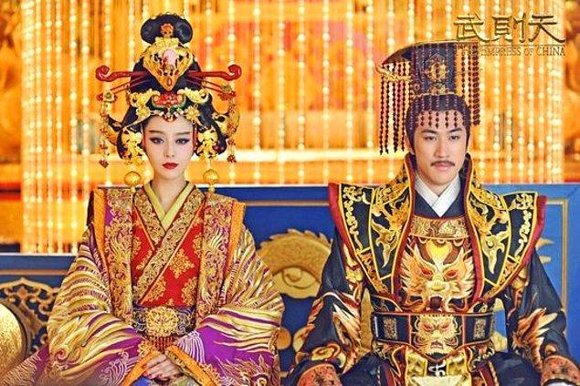 Taizong'un ölümünden sonra imparator olan Gaozong ilk gördüğü günden beri Wu Zetian'a karşı bir ilgi beslemekteydi. Fakat ortada bir problem vardı. Gaozong evliydi ve karısı Wing de resmi imparatoriçe konumundaydı.