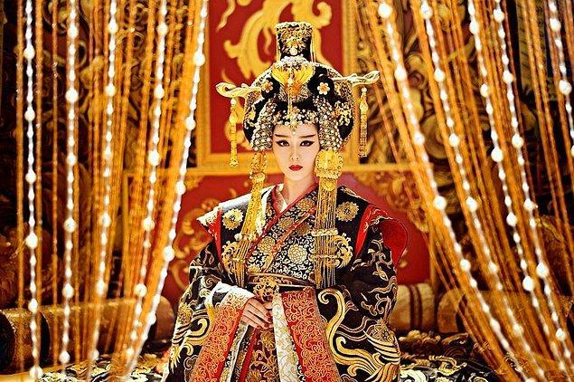 Wu Zetian imparatoriçe olabilmek için sinsice bir plan yaptı. İmparatoriçe Wing'in yeni doğan bebeği ziyaretinden kısa bir süre sonra Zetian kendi çocuğunu boğarak öldürdü ve katil suçunu Wing'in üzerine attı.