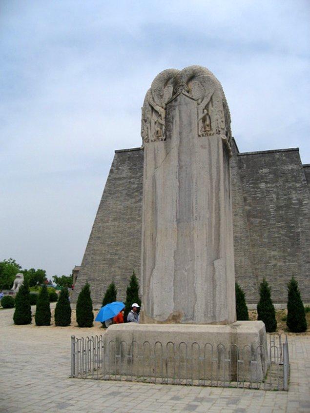 Ölmeden evvel mezar taşına hiçbir şey yazılmamasını istedi ve kocası İmparator Gaozong ile birlikte gömülmeyi arzuladı.