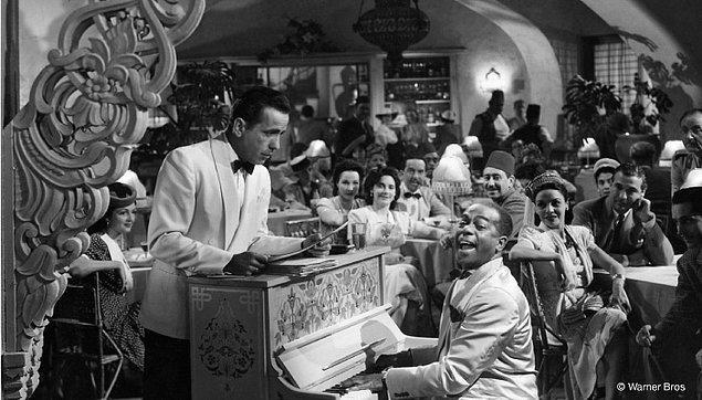 """5. Casablanca filmiyle özdeşleşen ve hatta neredeyse filmin önüne geçmiş olan """"Play it again Sam"""" diye bir replik aslında filmde yok."""