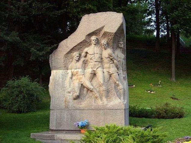 Kiev'de böyle bir anıt vardır. Belki de orada yaşayanların birçoğu bu anıtın ne anlam ifade ettiğini bilmiyor bile. Belki bir kısmı kulak misafiri olmuştur bu hikayeye.
