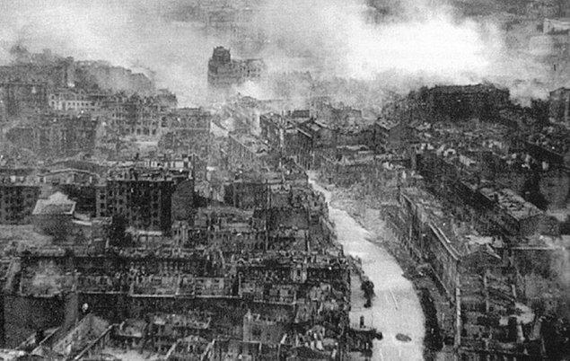 2. Dünya Savaşı sırasında Nazi ordusu, Sovyetler topraklarını işgal etmiş, Kiev sokaklarında cirit atmaktadır.