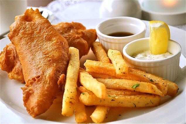 13. İngiltere'nin geleneksel yemeği haline gelmiş Fish&Chips'i (Balık ve patates kızartması)