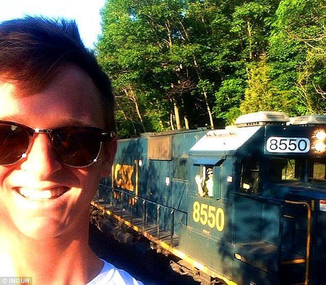 15. Hareket eden bir trenle çektiği fotoğraftan fazlasıyla memnun kalan bir turist.