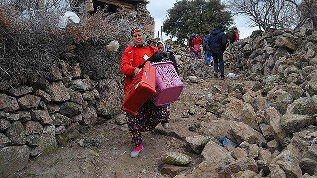 Bu köylerdeki bazı vatandaşlar, depremin ardından hasar gören evlerinden eşyalarını çıkardı.