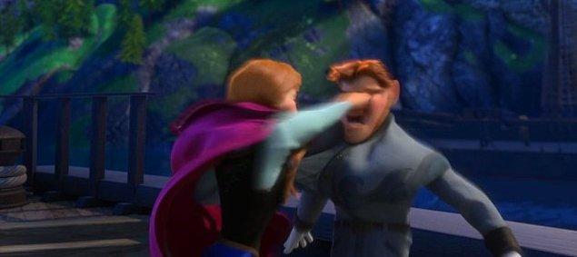 19. Ve son olarak Anna, Hans'in suratına öyle sert bir yumruk atar ki, eli Hans'ın yüzünde kaybolur.
