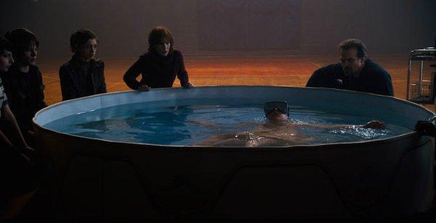 Eleven'ın çocuk havuzunda su yüzeyinde durduğu sahnede, batmaması için yaklaşık olarak 550 kilogram İngiliz tuzu kullanılmış.